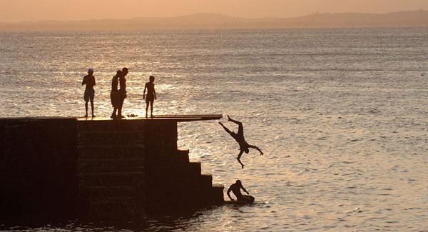 meninos-saltando-porto-da-barra-wide-salvador-tours-bahia